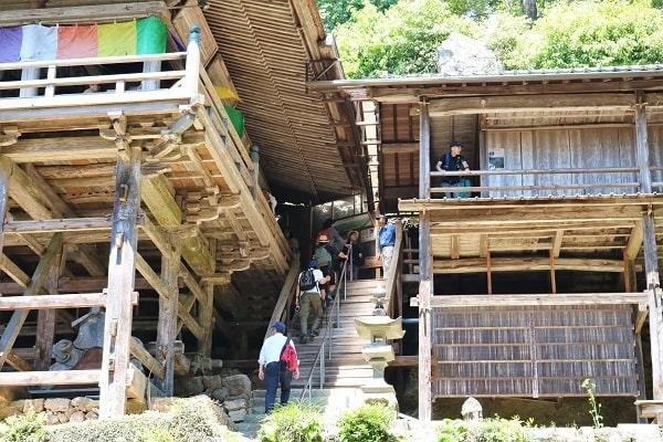 日龍峯寺本堂をめぐるウォーキング参加者