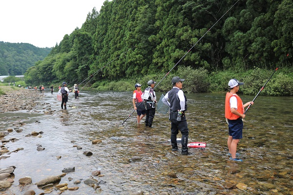 鮎の友釣り体験をする津保川中学生