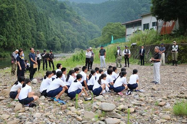 開会挨拶をする津保川漁業協同組合の組合長
