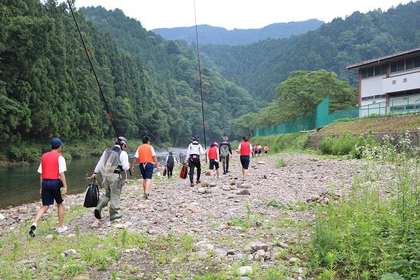 釣り場に向かう津保川中学生たち