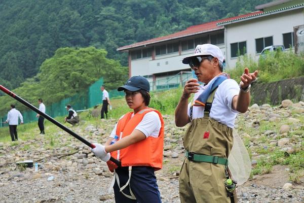 漁協組合員から教えを受ける中学生