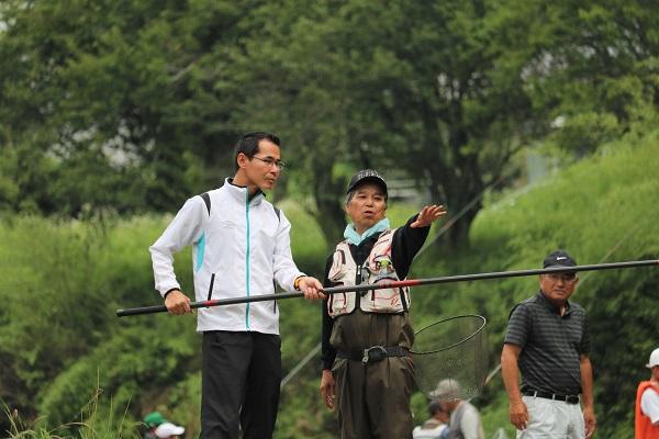 鮎の友釣り体験をする尾関健治関市長