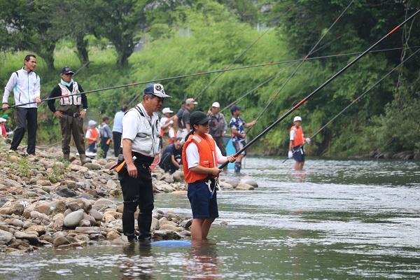 鮎の友釣りを体験する津保川中学生