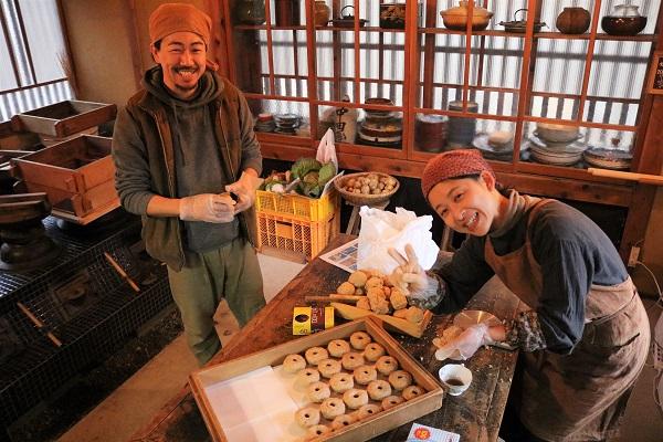 そばのカフェおくど中田オーナー(写真左)