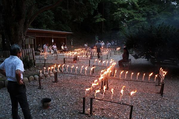 日龍峯寺本堂前の広場に灯るローソク