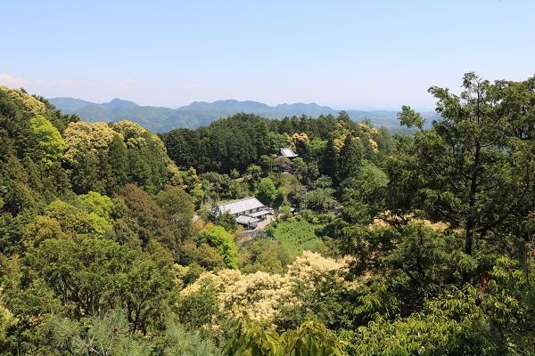 日龍峯寺(高澤観音)は山に囲まれている