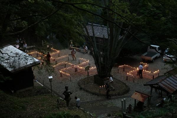 日龍峯寺千灯供養の全景