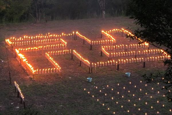 2013年の千灯供養の卍形