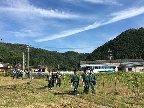 パッション畑に訪れた加茂農林高校の生徒たち