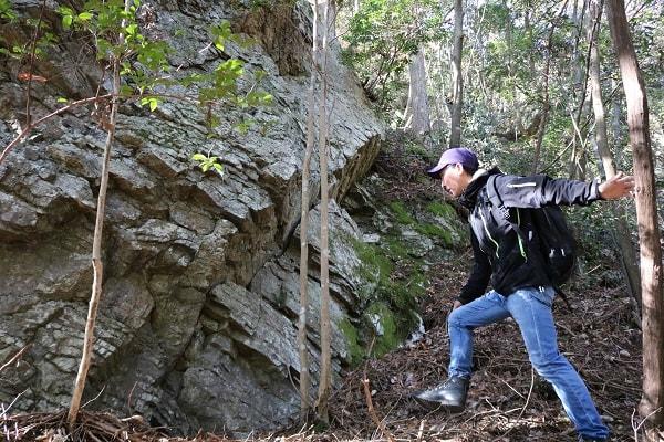 岩に近づく地域おこしライタージロー氏