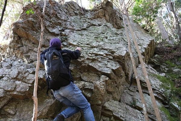 岩に登る地域おこしライタージロー氏