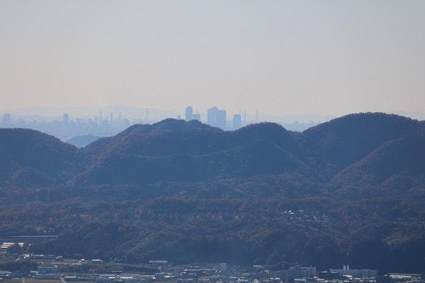 遠くに見えるは名古屋のビル群