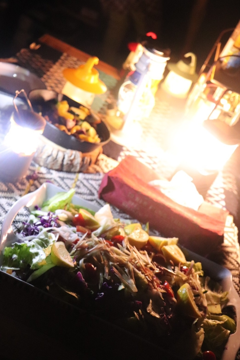 キャンプ 夕食 光景