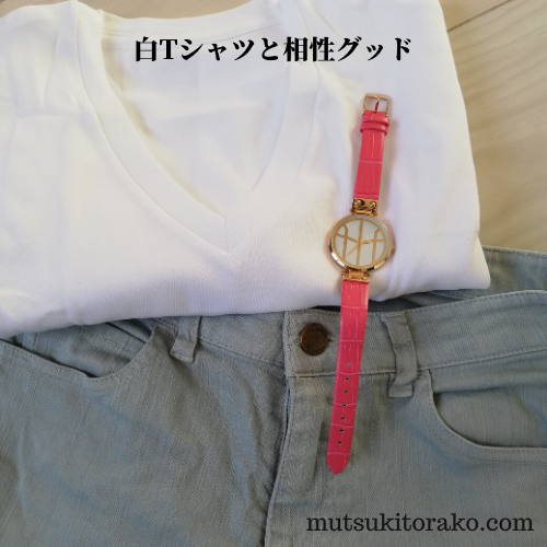 モックバーグの腕時計と白Tシャツとデニム