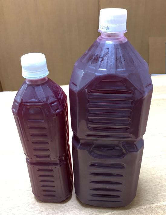 完成した濃い赤シソジュースをペットボトルに入れた所