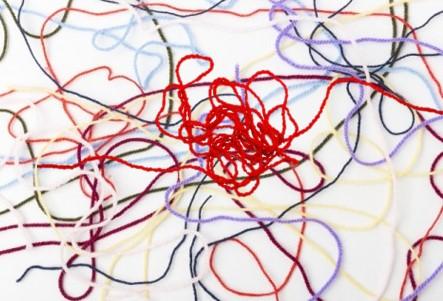 複雑に絡み合った糸