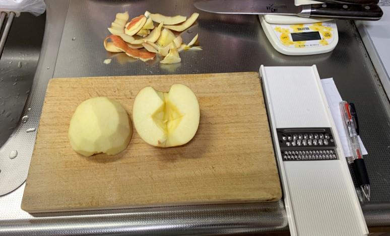 2-4-リンゴを剥く