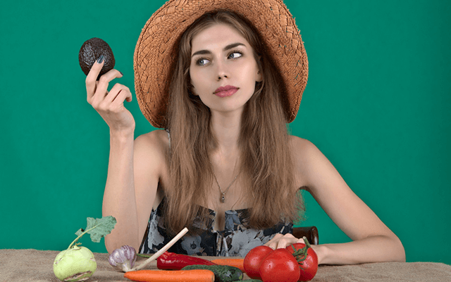 野菜食材を選ぶ女性