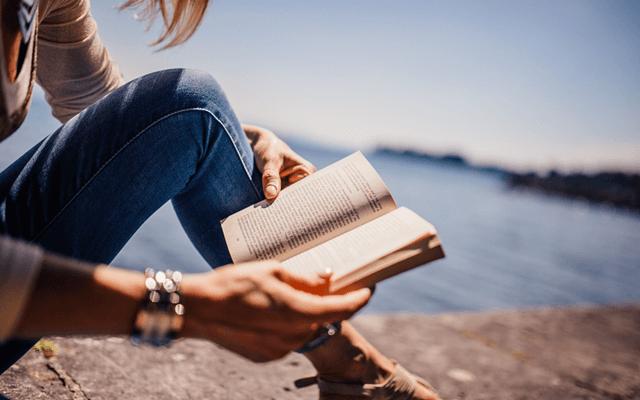 ホオポノポノ本を読む女性