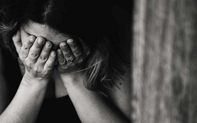 不調やストレスを抱える女性