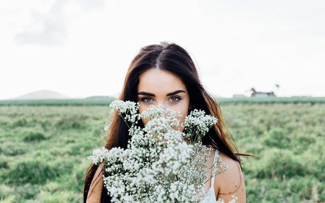 呼吸法を実践する女性