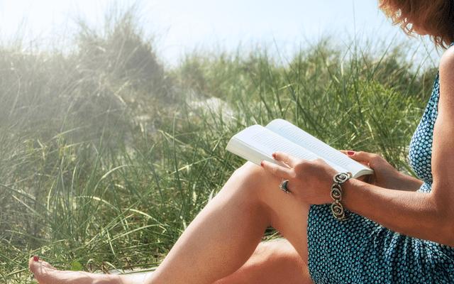 アーシングしながら本を読む女性