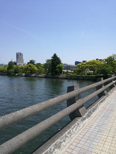 平和公園前の川