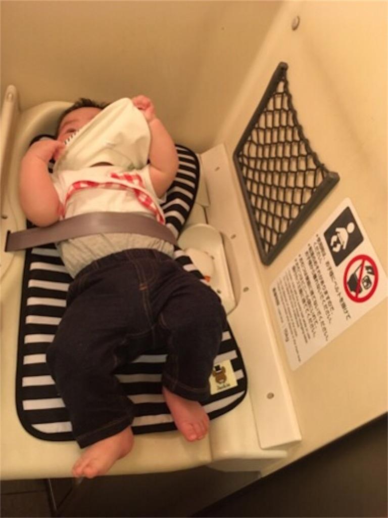 新幹線おむつ台と赤ちゃん