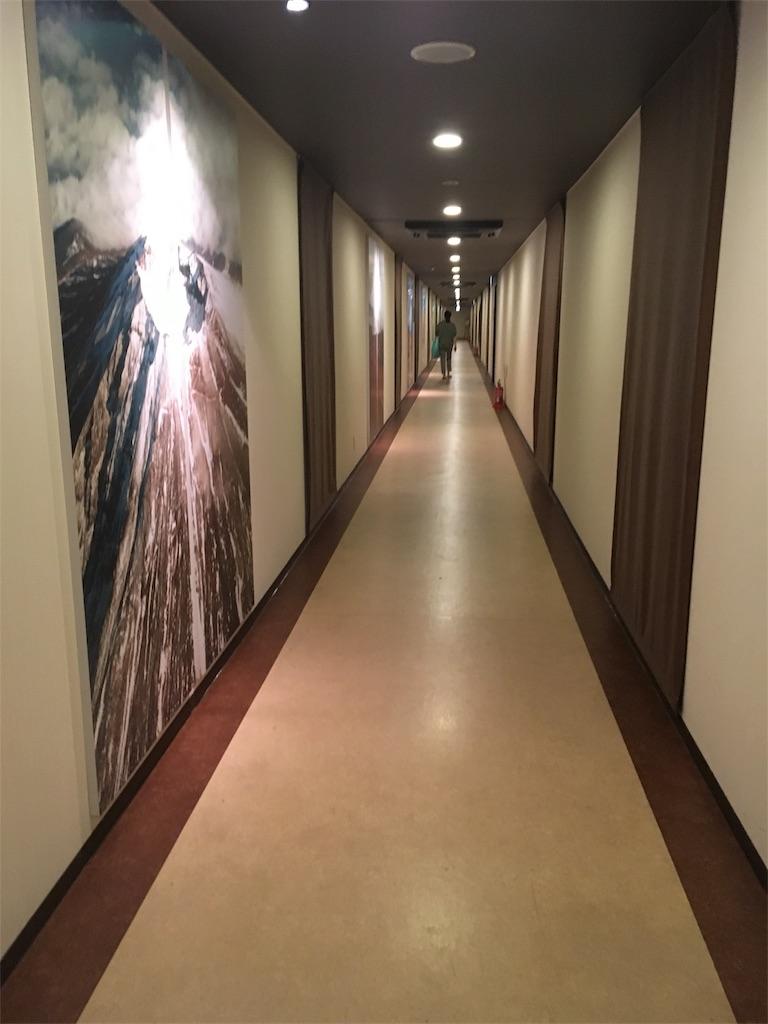 ハイランドリゾートホテルからふじやま温泉への長い廊下e