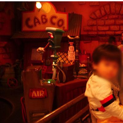 ディズニーランド「ロジャーラビットのカートゥーンスピン」に乗る1歳児