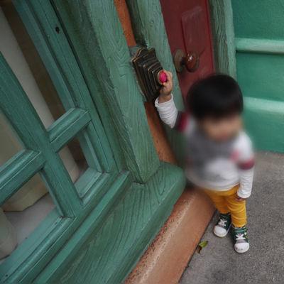 ディズニーランド「トゥーンタウン」で遊ぶ1歳児