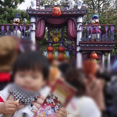 f:ディズニーランドのパレードを楽しむ1歳児
