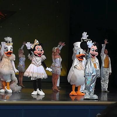 f:ディズニーランドのショーを楽しむ1歳児