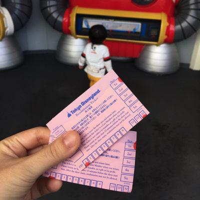 ディズニーランドのショーを楽しむ1歳児
