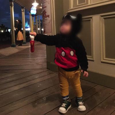 ディズニーランドで光るおもちゃを手に入れご機嫌な1歳児