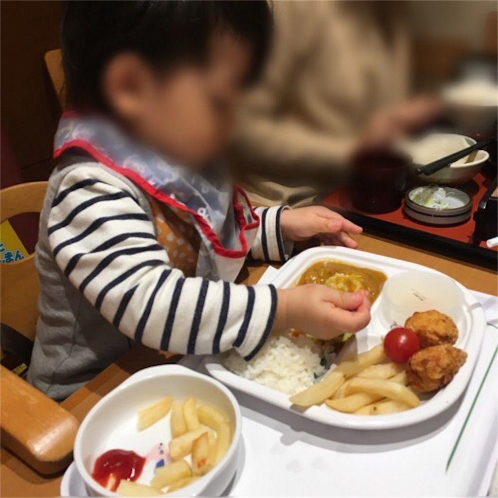 味の民芸でお子様カレーを食べる1歳児