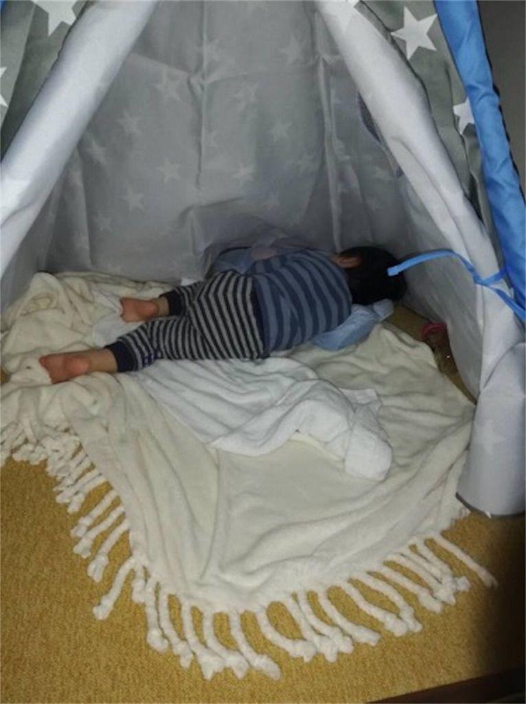 ニトリのキッズテント「ティピーテント」で寝る息子