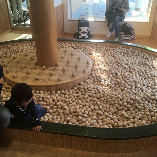 木製のボールプール(京王ハグハグ)