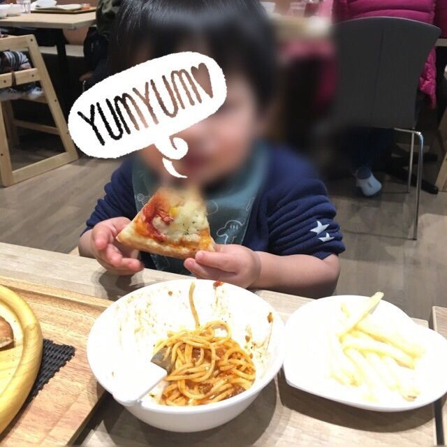 ピザを頬張る2歳児