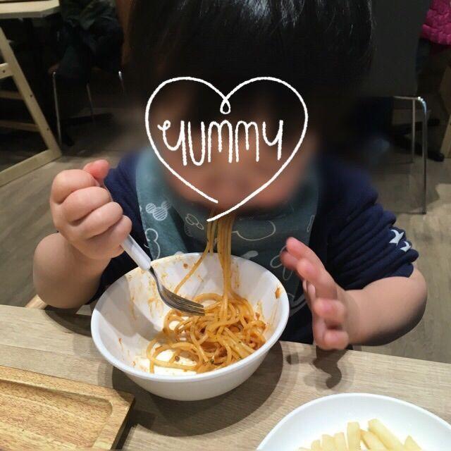 ハグハグカフェでパスタを食べる2歳