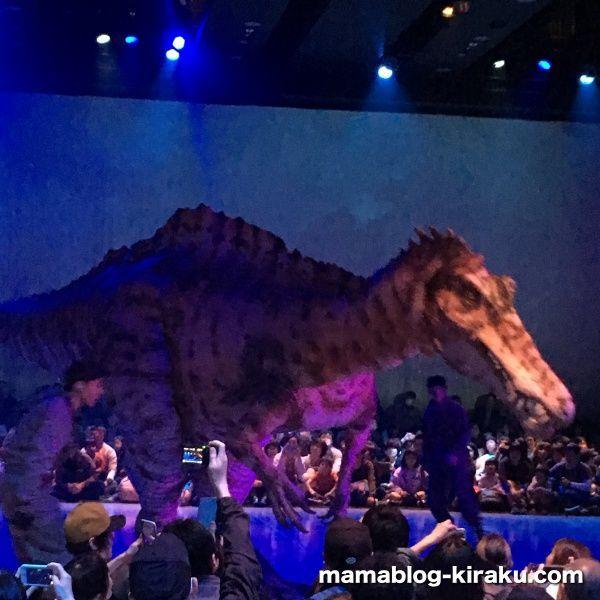 恐竜に手を振る