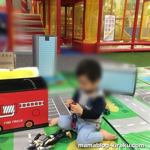 ウルトラアスレチック横浜ららぽーと店でウルトラマンの人形遊び