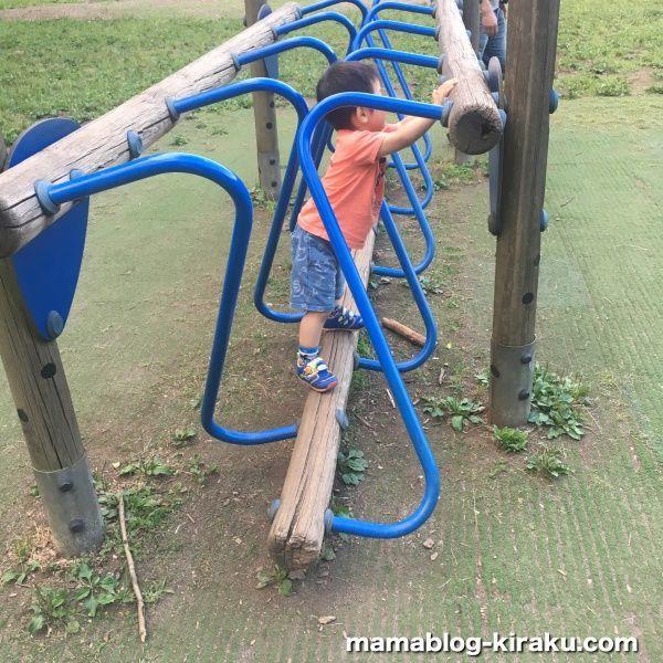 平均台(砧公園の遊具)で遊ぶ2歳半