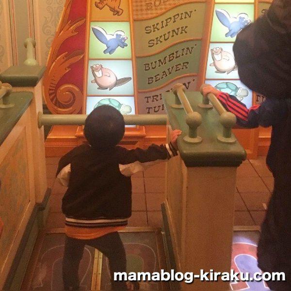 トイ・ストーリー・マニアの横にあるおもちゃで遊ぶ2歳