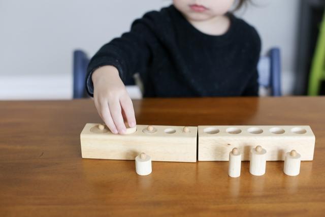 教具で遊ぶ子供