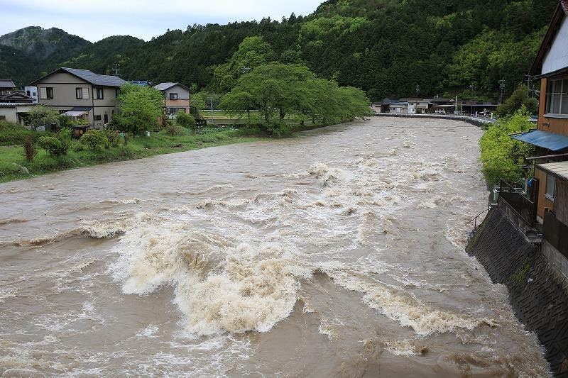 一日中降り続いた大雨。川は増水...