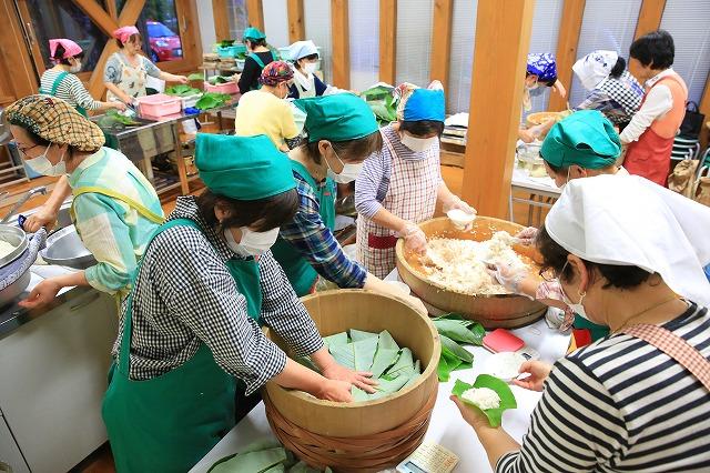 岐阜県関市上之保生涯学習センターで朴葉寿司を作っている様子