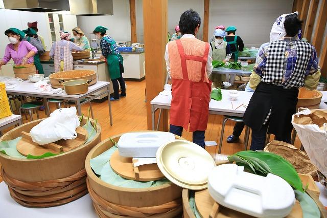 関市上之保で朴葉寿司を作る様子③