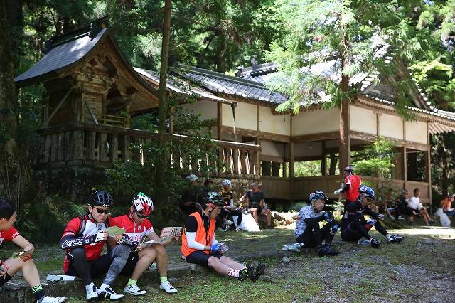朴葉寿司を食べているサイクルツーリング参加者=関市武儀地域・お宮の清水で