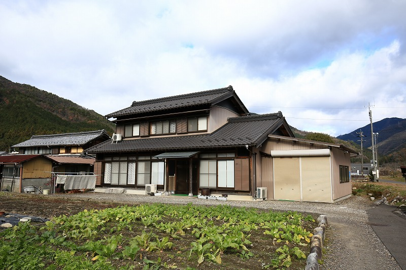 30年前の1989年(平成元年)にデカ木住宅を新築した村井さん宅=岐阜県美濃市で